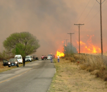 Incendio llega a la Ruta, Autobomba debe retroceder